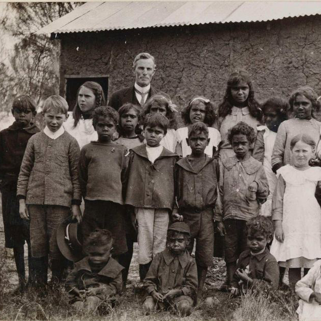 Картинки по запросу Украденные поколения В первой половине XX века с санкции федерального правительства детей австралийских аборигенов массово изымали из семей. Фото