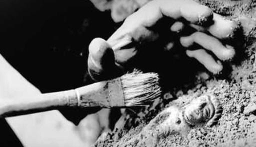 Археологи объяснили появление фаллических амулетов в могилах римских младенцев