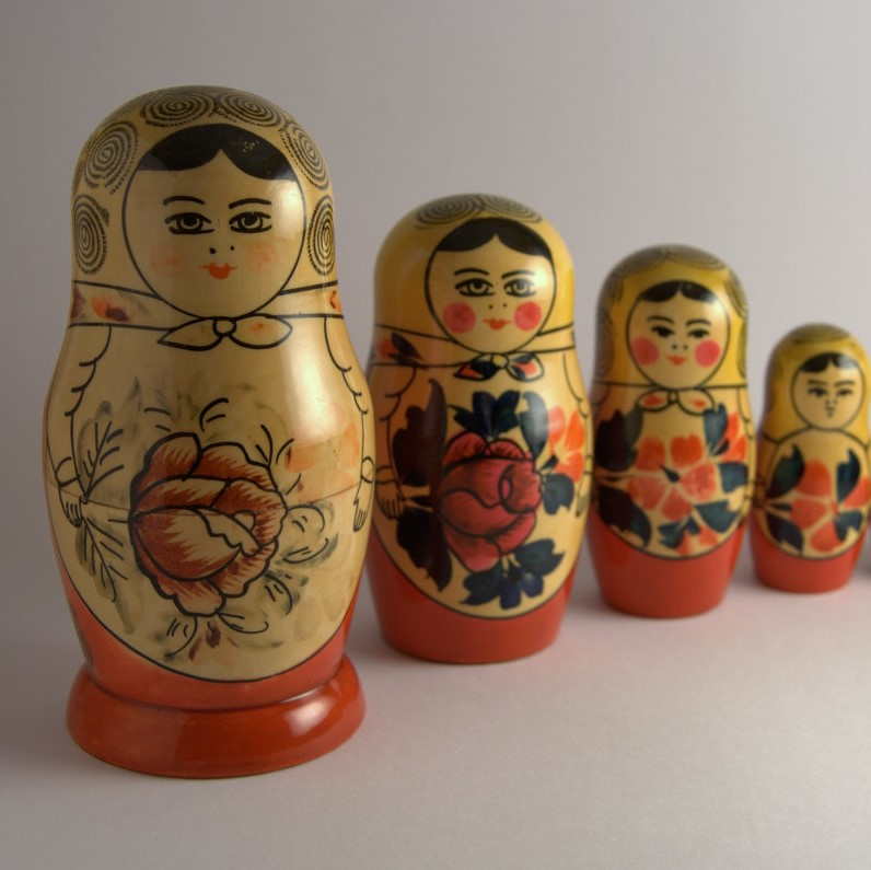 Картинки по запросу История матрешки Кажется, что история матрешки насчитывает много веков: слишком уж хорошо разборная кукла вписывается в представление об исконно русском быте. Фото