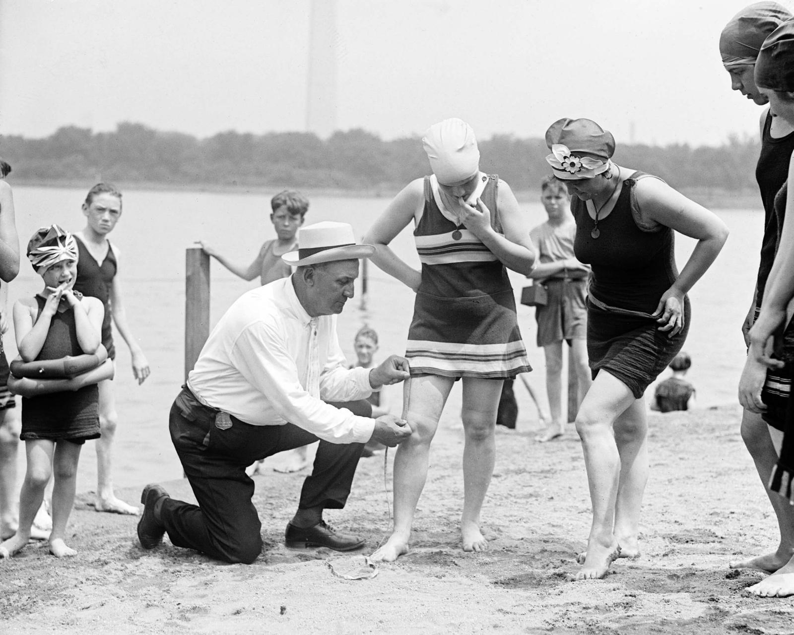 Пляжный патруль проверяет длину купальника, 1920-е гг.