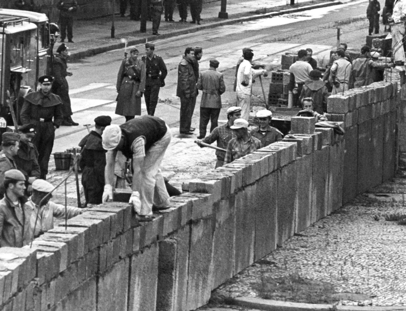 фото возведения берлинской стены как