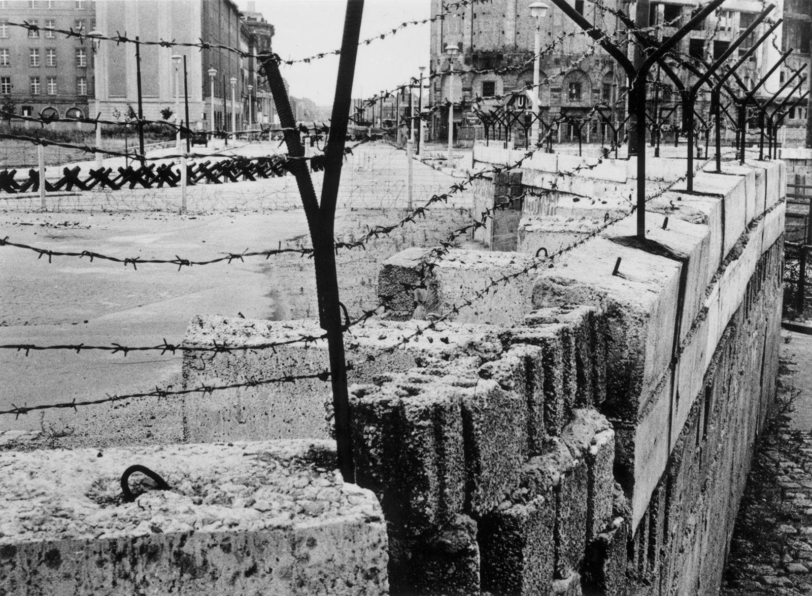 фото возведения берлинской стены особенностью