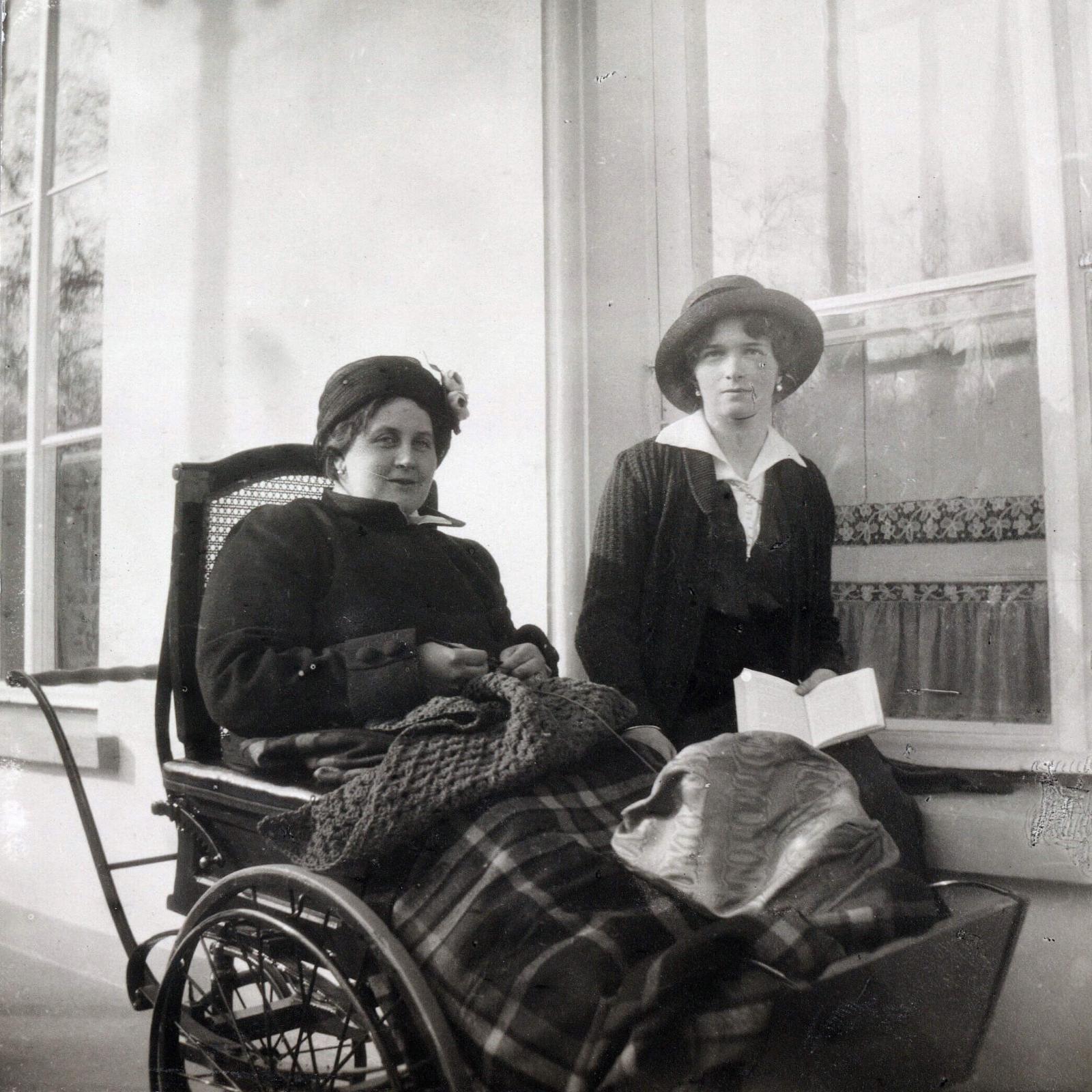 Анна Вырубова в инвалидной коляске с великой княжной Ольгой Николаевной, 1915−1916. Источник: wikipedia.org