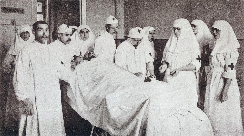 В операционной. Анна Вырубова у изголовья. Источник: wikipedia.org
