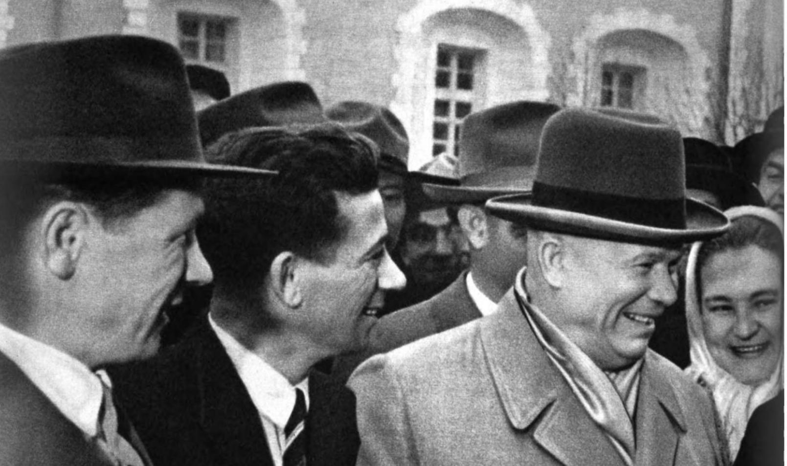 Никита Хрущев на съезде.