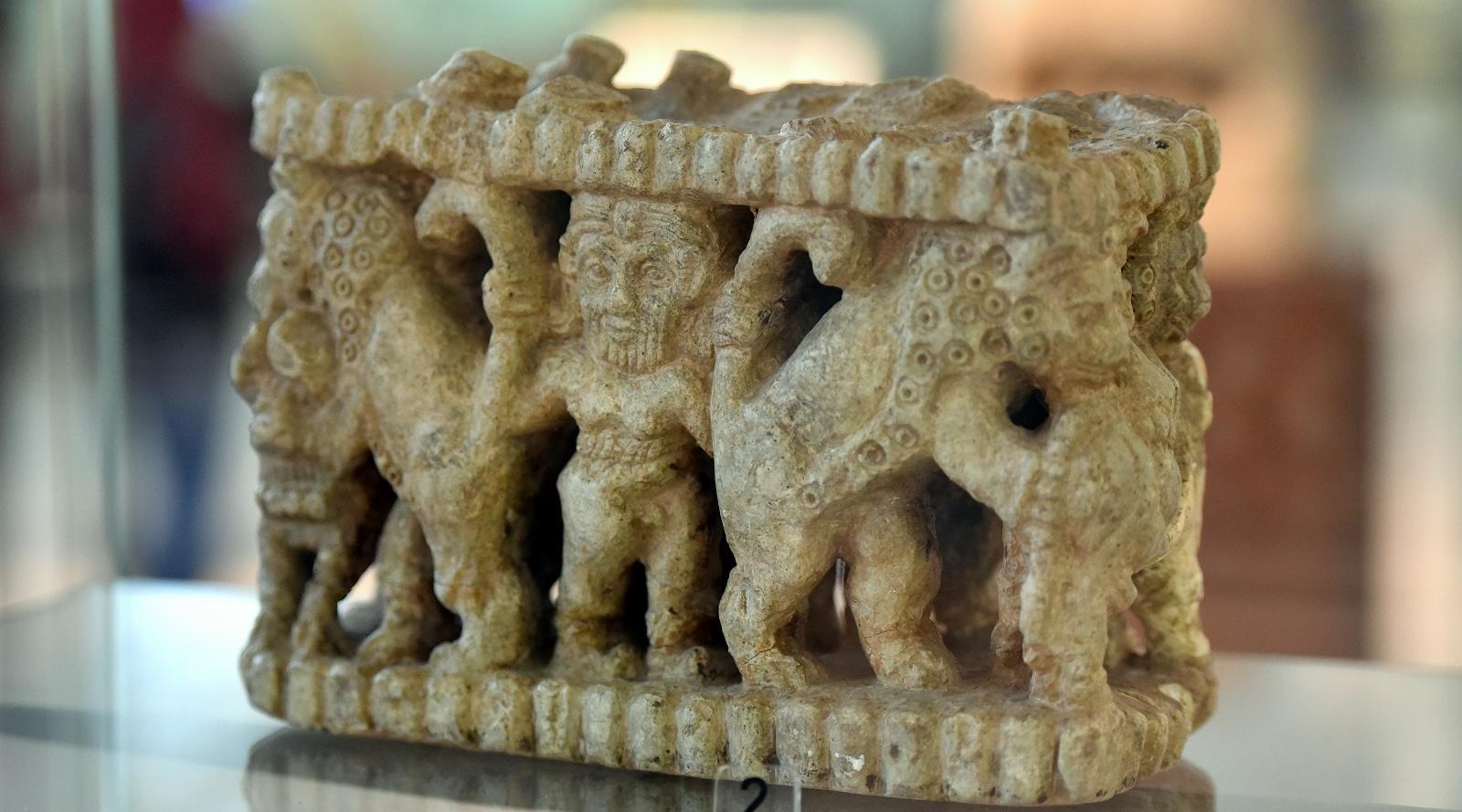Гильгамеш сражается со львами. Шумерская статуэтка.