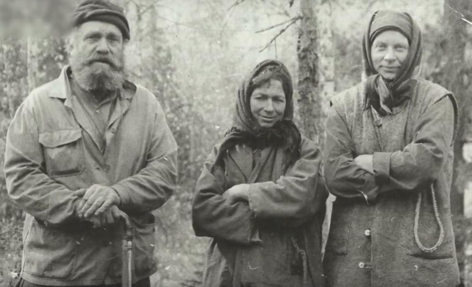 Карп Лыков с дочерьми.