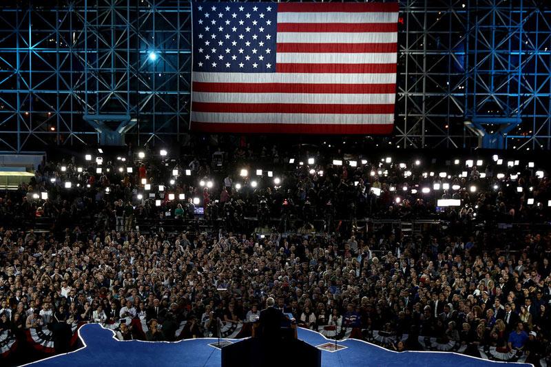 Кандидат выступает перед избирателями.