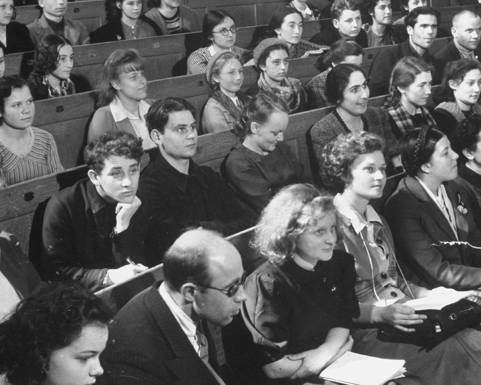 Студенты МГУ на лекции. Фото Маргарет Бурк-Уайт, 1930-е.
