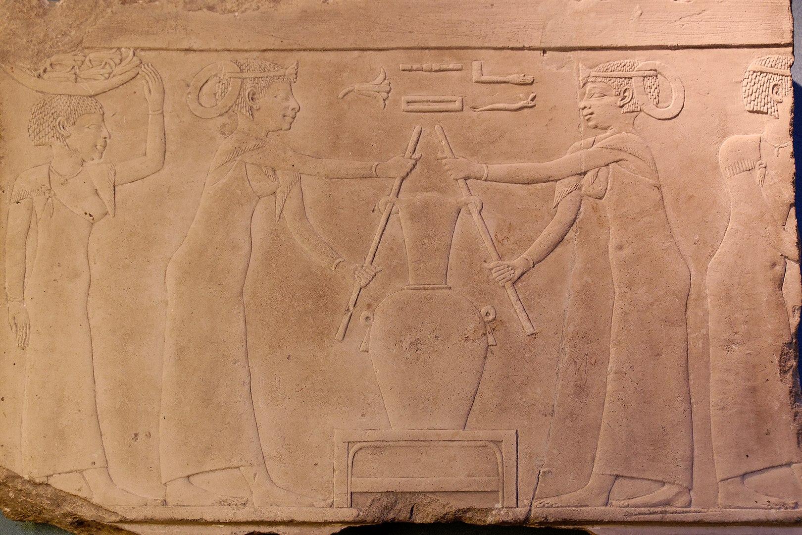 Изображение получения ароматического масла, 4-й в. до н.э.