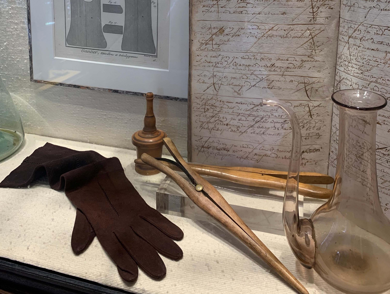 Парфюмированные перчатки, моду на которые ввела Екатерина Медичи.