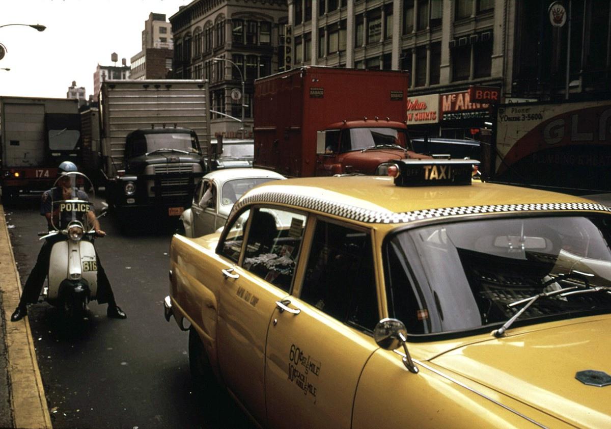 Такси на 6-й авеню и32-й улице, Нью-Йорк, апрель 1973 года.