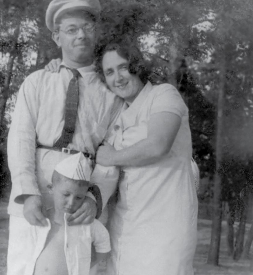 Борис Стругацкий с родителями. Алупка, 1939.  Источник: «Дилетант»