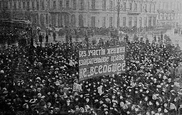 Петроградские работницы во время митинга.