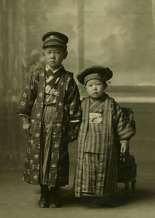 3_Akira Kurosawa (right) with his brother Heigo. (c. 1913).jpg