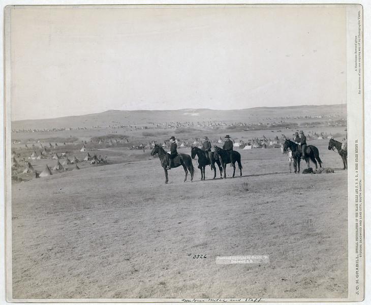Генерал Майлз и другие офицеры Штатов перед лагерем сиу, 1891. <br>