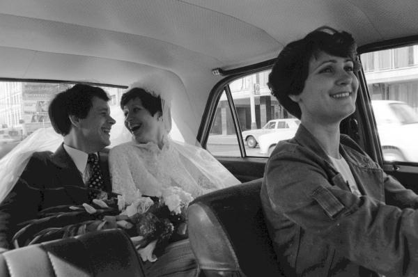 Водитель московского такси везёт молодожёнов, 1979 год.