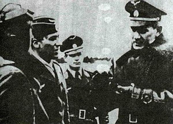 Генерал-майор Мальцев инструктирует пилотов.