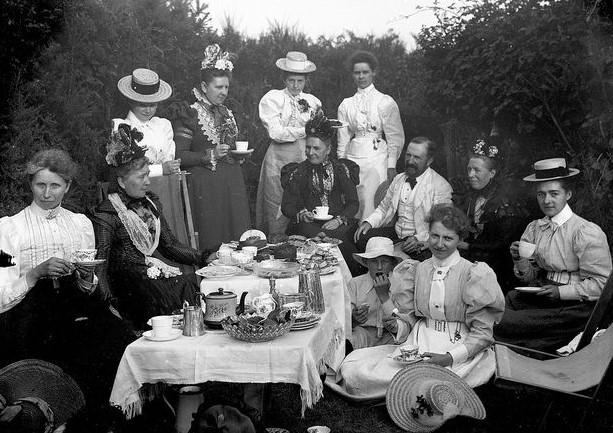 Викторианская чайная «вечеринка» на природе. <br>