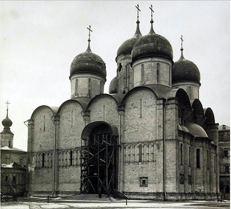 2 Успенскии собор после обстрела вид с Соборнои площади.png