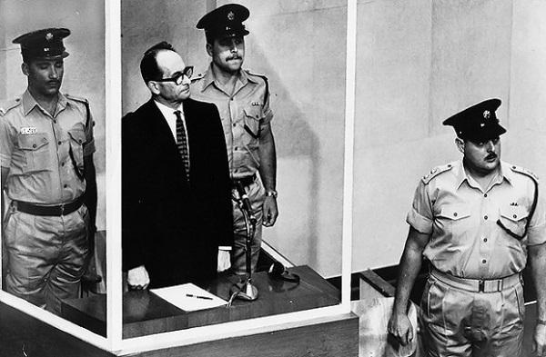 Похищенный Моссадом А. Эйхман во время суда.