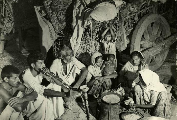 Семья отдыхает после долгой дороги, 1947 год.