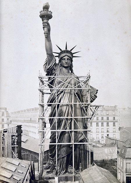 Статуя Свободы над крышами Парижа, 1884 год.jpg