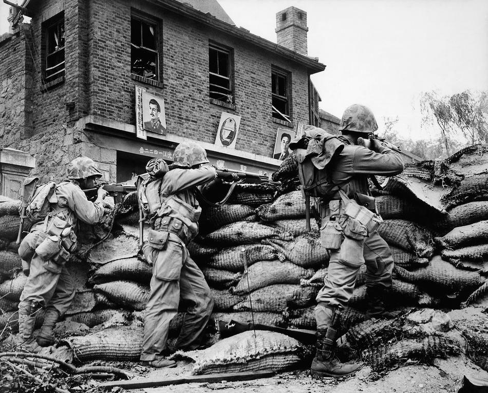Бойцы ООН ведут бой в Сеуле, 1950г. <br>