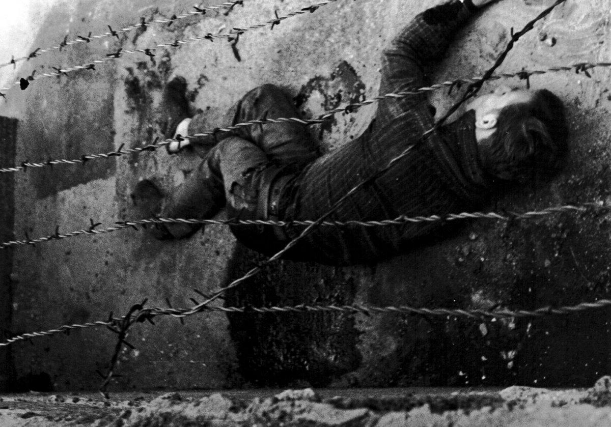 Истекающий кровью Петер Фехтер, фото с западной стороны.