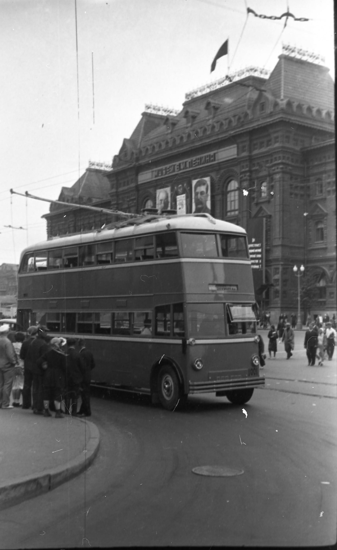 Борис Вдовенко «Первый двухэтажный троллейбус ЯТБ-3 в Москве наплощади Революции», 26сентября 1938г.
