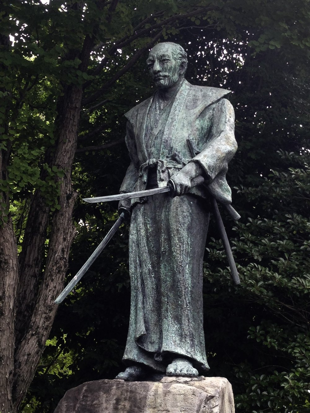 Памятник на могиле Мусаси, Кумамото.  Источник: en.japantravel.com