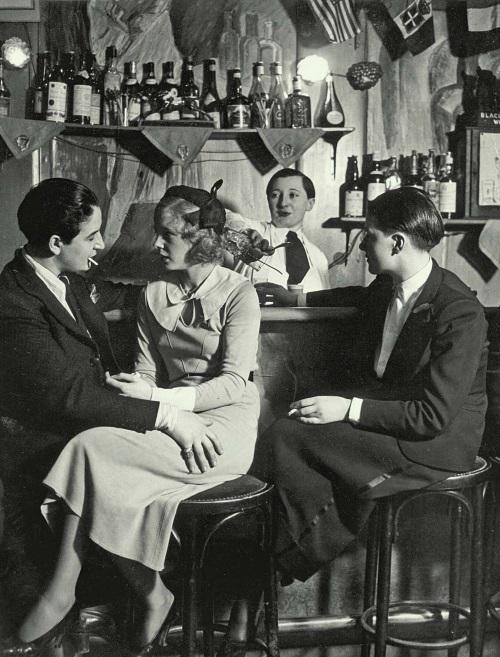 В парижском клубе Monocle.  Источник: iknigi.net