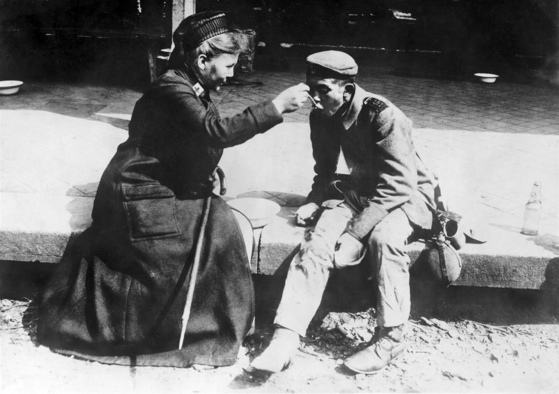 Медсестра Немецкого Красного Креста помогает бездомному.  Источник: МККК