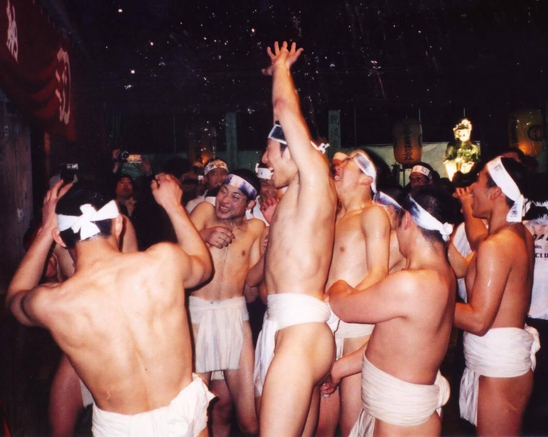 Участники японского фестиваля Хадака-мацури в повязках фундоси.