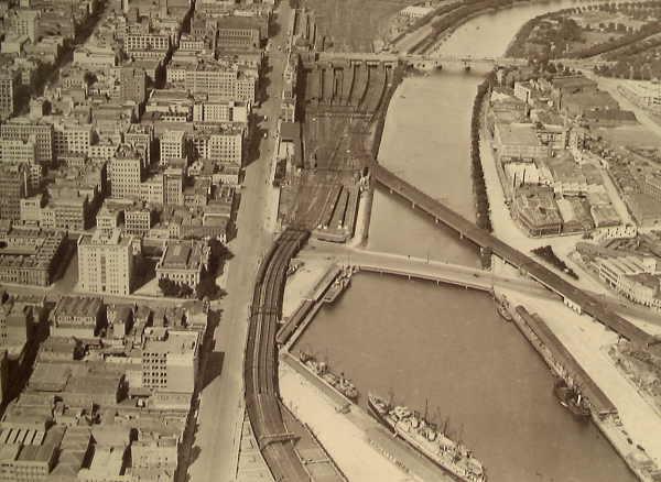 Фотография Мельбурна и реки Ярра, которая была в то время главной транспортной артерией города, 1928 год..jpg