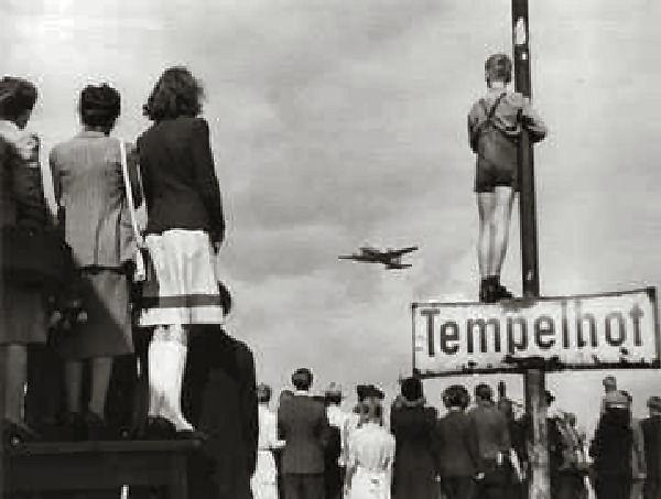 Берлинцы смотрят на посадку самолета ваэропорту Темпльхоф. <br>