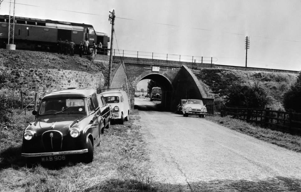 Мост Бридего, куда отогнали 2 вагона. <br>