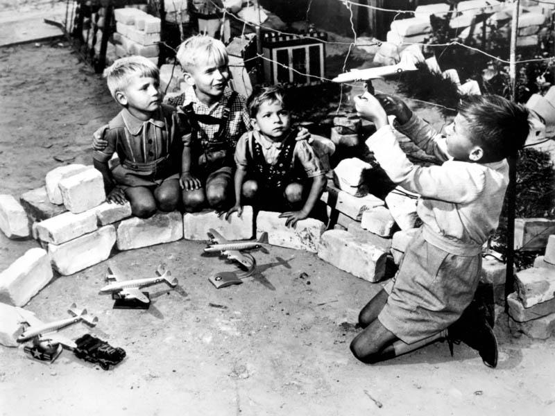 Берлинские дети играют в «Воздушный мост». <br>