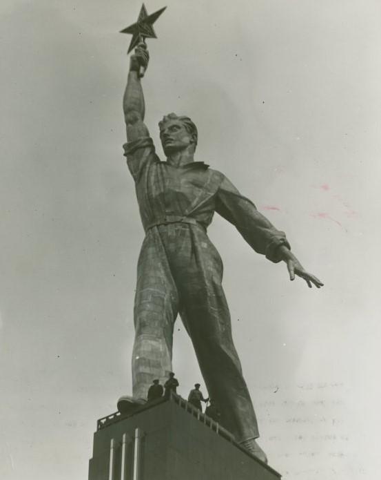 Скульптура «Рабочий со звездой».