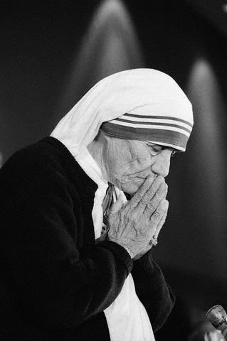 mother-teresa-praying-convention-washington-1985.jpg