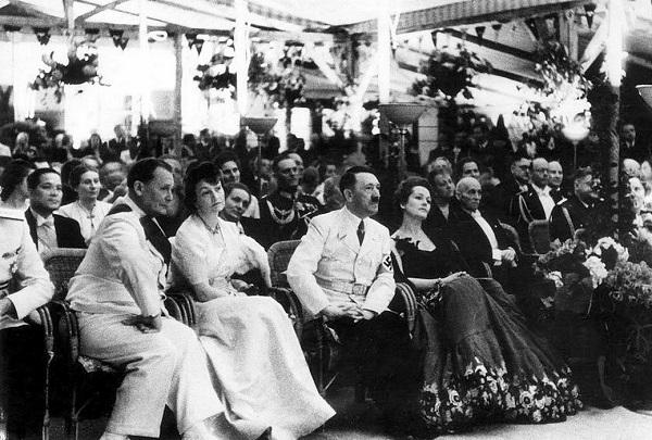 Адольф Гитлер и актриса Ольга Чехова.