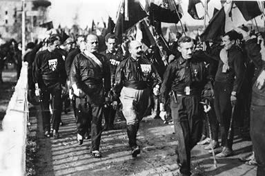 Муссолини среди чернорубашечников, идущих на Рим.jpg
