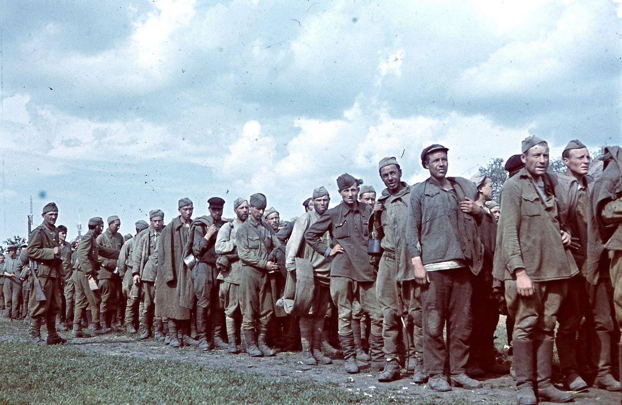 Советские военнопленные под конвоем.