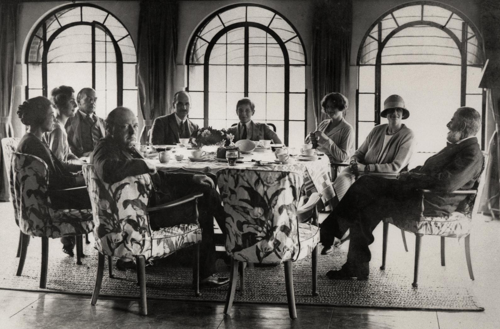 Черчилль с семьей игостями вЧартвелле. <br>