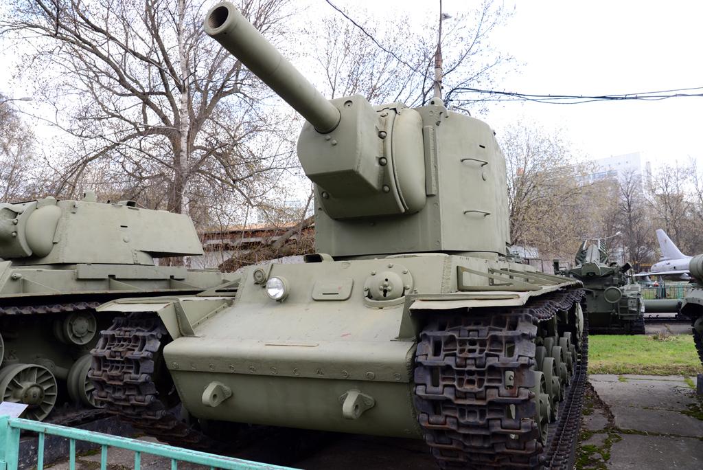 Единственный сохранившийся КВ-2. На площадке ЦМВС, Москва. <br>