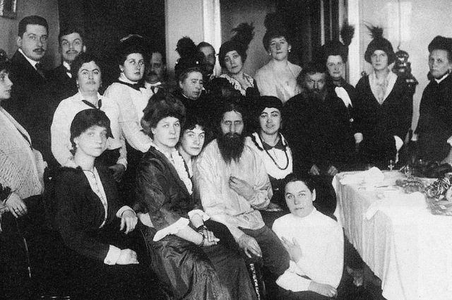 Распутин на чаепитии спочитателями, 1910.