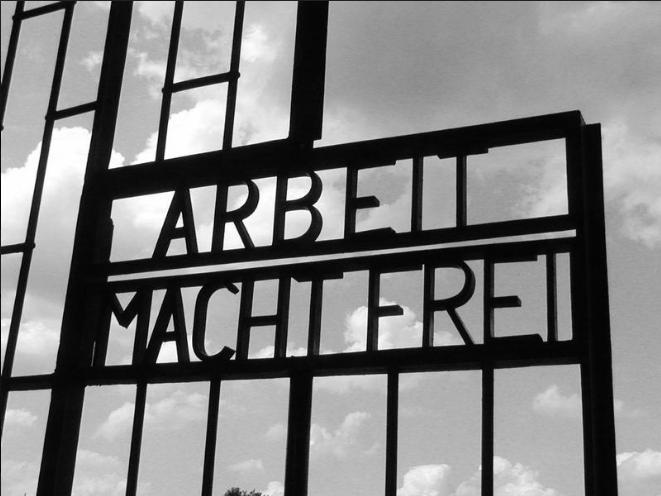 Надпись на воротах лагеря «Труд освобождает».