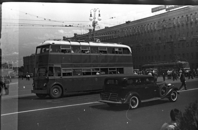 Борис Вдовенко «Двухэтажный троллейбус ЯТБ-3 на площади Пушкина», 15июня 1939г.