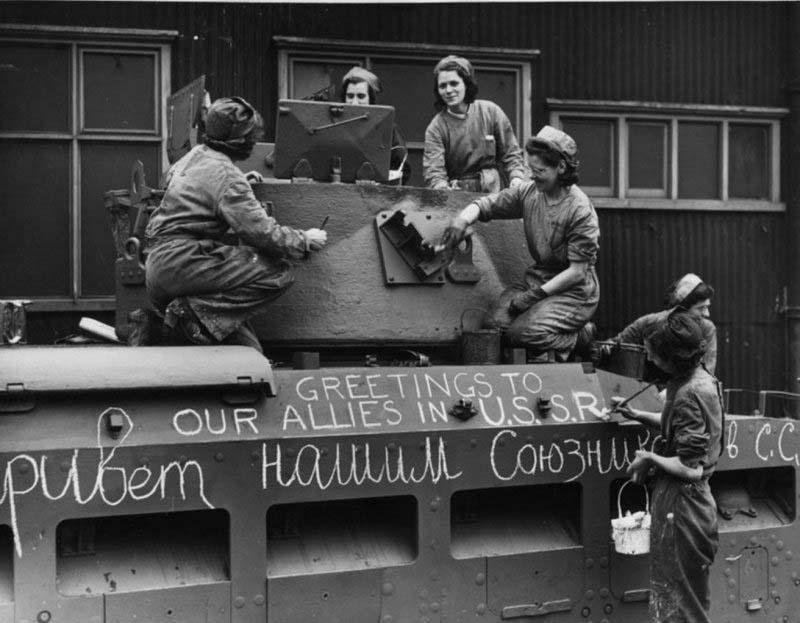 Американские работницы подписывают танк.