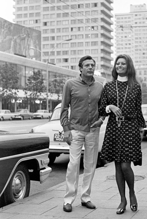 6 Marcello Mastroianni and Sophia Loren in Moscow 1969.jpg